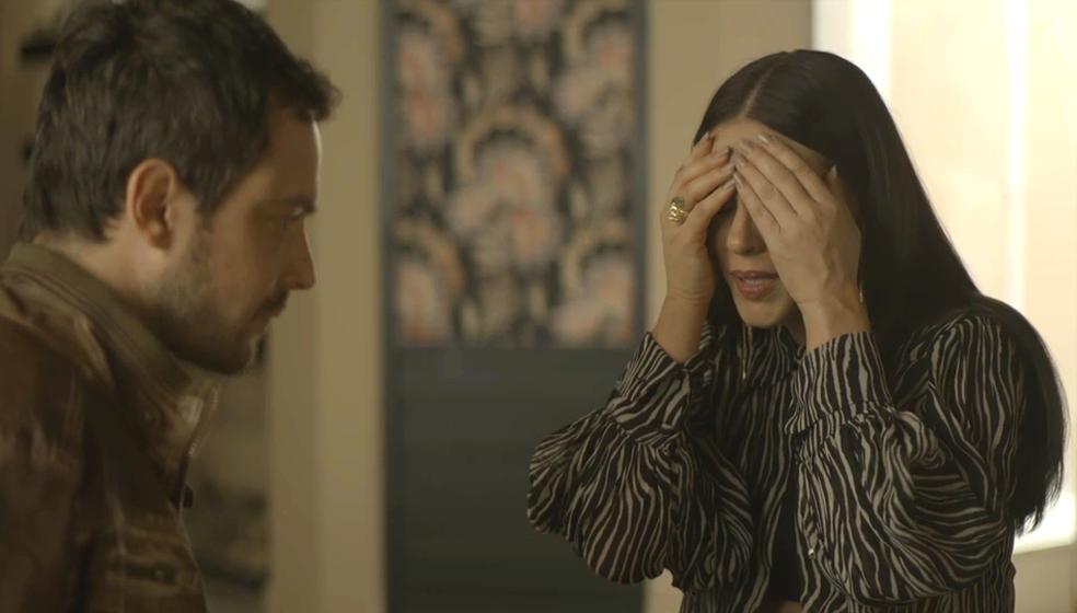 Vivi (Paolla Oliveira) se desespera com o que pode acontecer a Chiclete (Sergio Guizé), em 'A Dona do Pedaço' — Foto: TV Globo