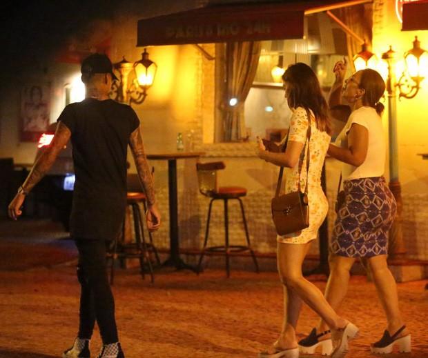 Valesca Popozuda com namorado e uma amiga  (Foto: Agnews)