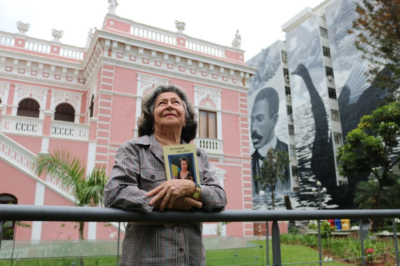 Aos 78 anos, ex-aluna da EJA lança livro de poesias em Florianópolis - Notícias - Plantão Diário