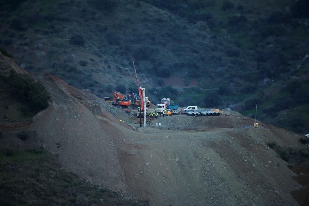 Uma broca trabalha onde Julen caiu em um poço profundo na Espanha — Foto: REUTERS/Jon Nazca