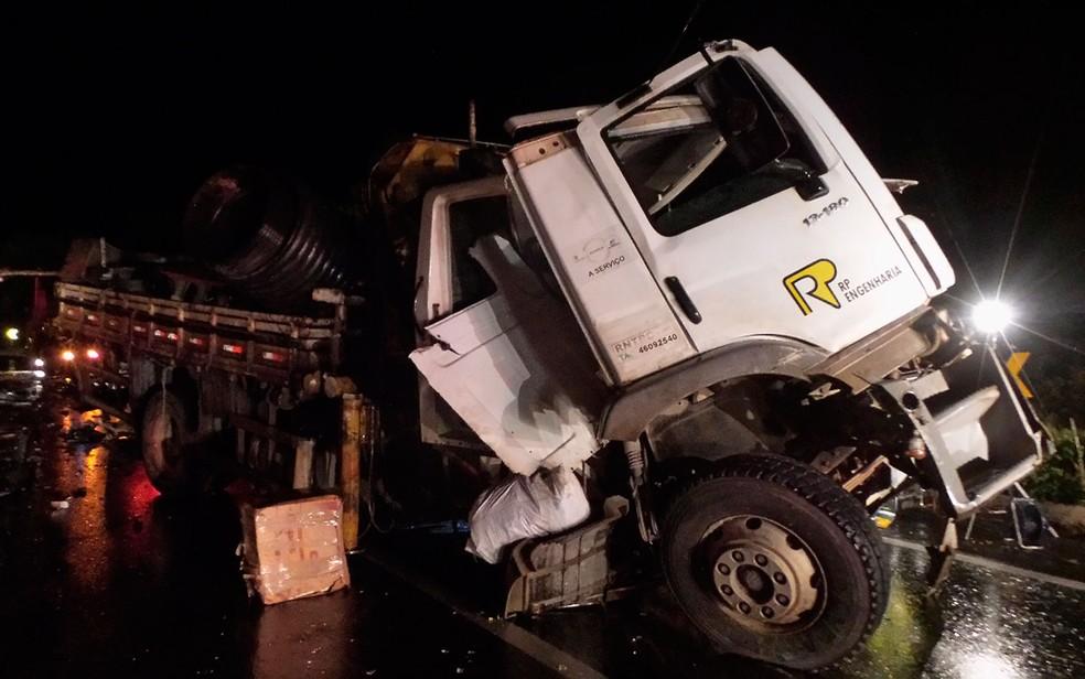Acidente ocorreu na noite do sábado (3), na BR-242, em Barreiras (Foto: Blogbraga/Repórte Ivonaldo Paiva)