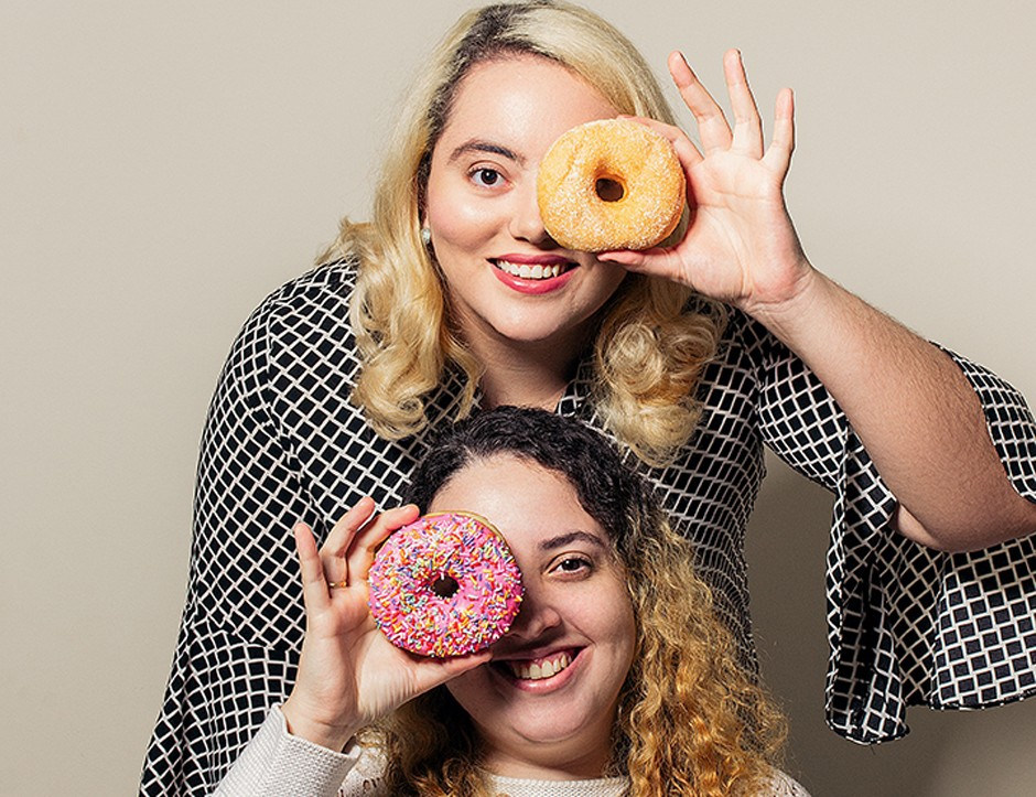 Carolina Vascen (em pé) e Mariana Pavesca, da Donuts Damari: rosquinhas instagramáveis na rede (Foto: Juliana Frug)
