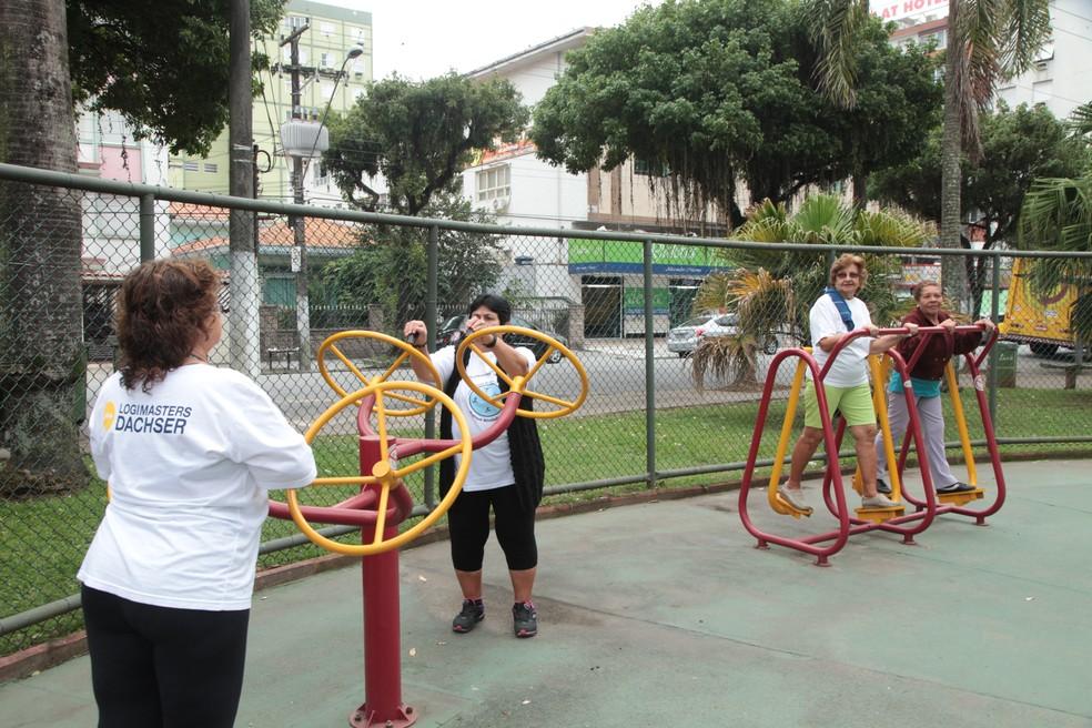 População idosa usa academia popular ao ar livre em Santos (SP) (Foto: Susan Hortas / Prefeitura de Santos)