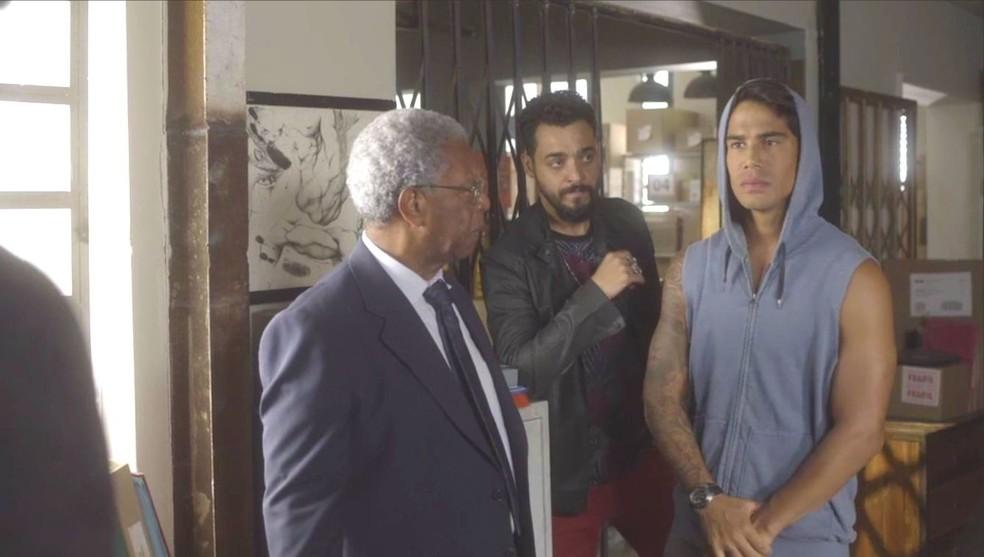 Eliseu (Milton Golçalves) manda Lalá (Micael) dizer a verdade, em 'O Tempo Não Para' — Foto: TV Globo