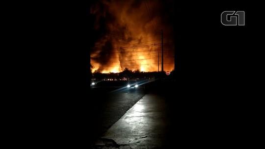 Incêndio destrói barracão de materiais recicláveis em Toledo; assista