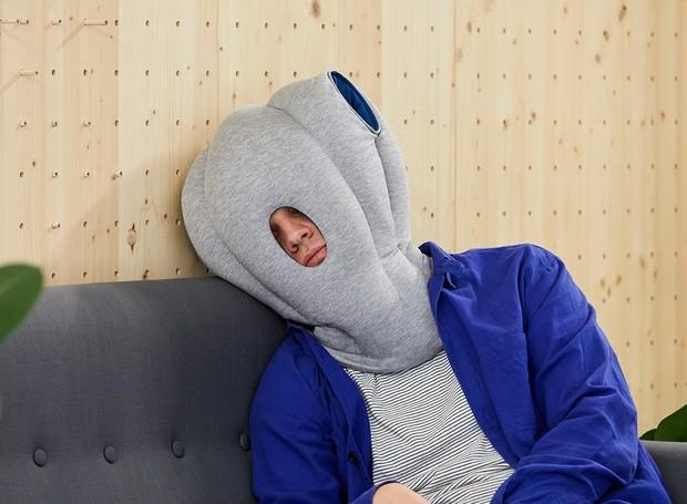 A versão original da marca possui um buraco para respiração e outros dois próximos à cabeça, para que usuário possa apoiar as mãos dentro do capuz (Foto: Ostrichpillow/ Reprodução)