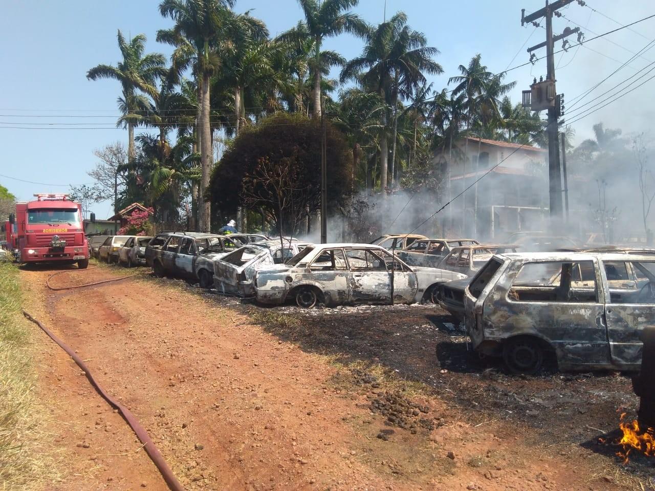 Incêndio em propriedade rural de Rolândia atinge carros usados e sucatas - Notícias - Plantão Diário