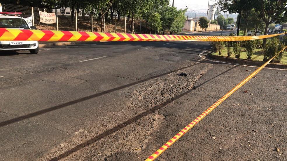 Polícia Militar compareceu na Avenida Octávio Luiz de Marchi e sinalizou o local do acidente  (Foto: André Modesto/TV TEM)