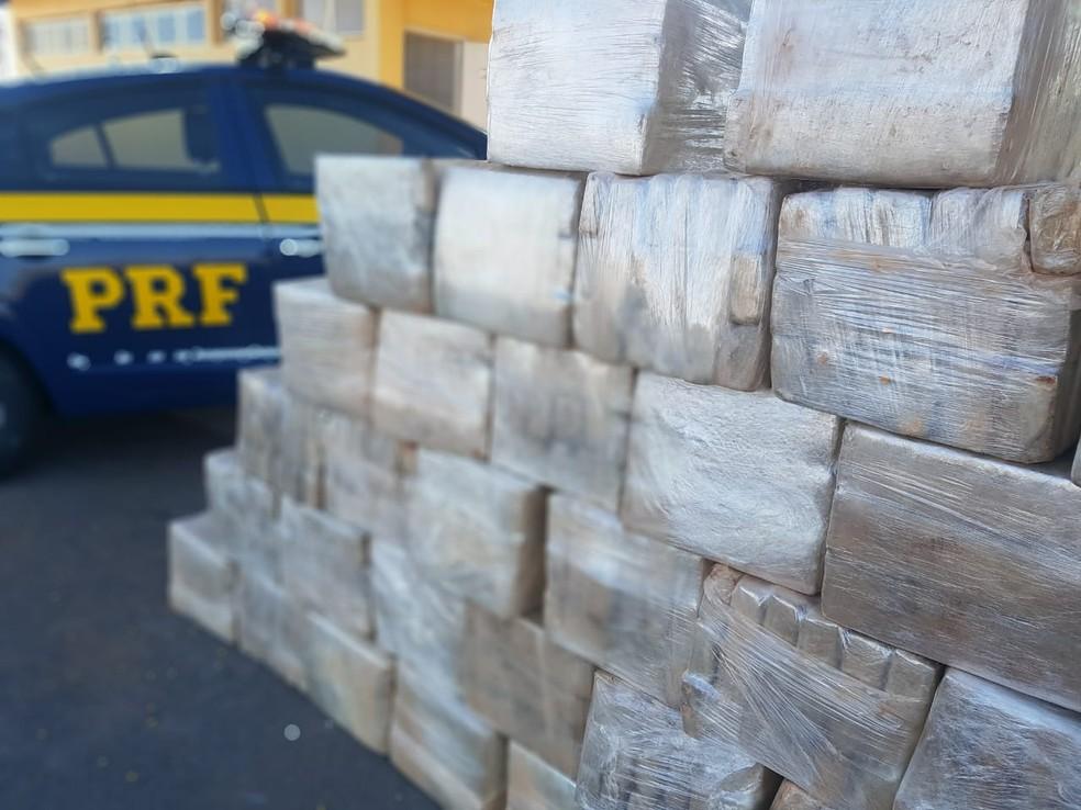Drogas apreendidas dentro de caminhão abandonado por motorista no DF (Foto: Divulgação/PRF)