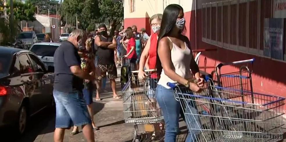 Supermercado tem filas após anúncio de decreto em Araraquara — Foto: Reprodução/EPTV