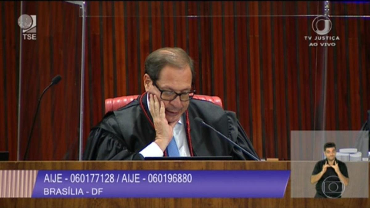 Com 3 votos pelo arquivamento, TSE retoma julgamento sobre cassação da chapa Bolsonaro-Mourão