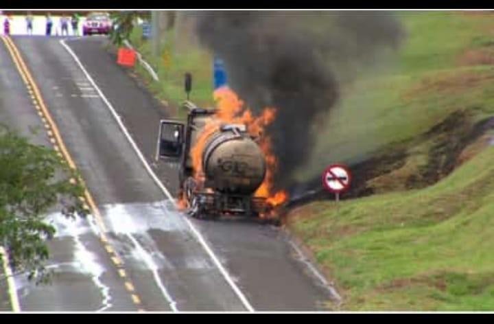 Trecho da BR-153 é liberado após caminhão com etanol pegar fogo e interditar via por mais de 12h