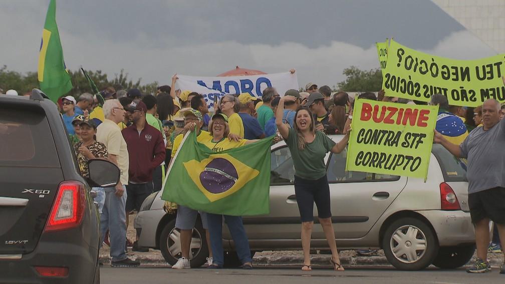 Manifestantes a favor da Lava Jato e contra o STF fizeram ato em frente ao STF em Brasília — Foto: TV Globo/Reprodução
