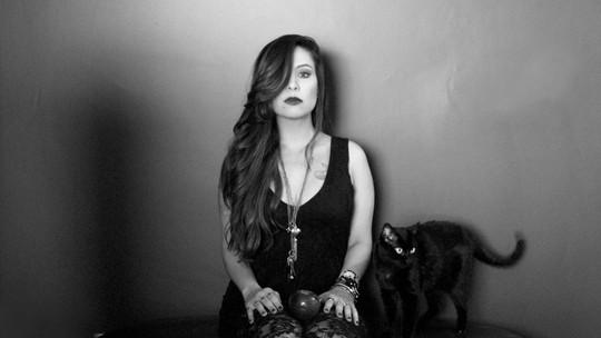 Pitty confessa paixão por gatos e fala da relação deles com a filha, Madalena