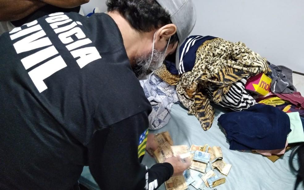 Policial apreende dinheiro em casa de suspeito de participar de torcida organizada em Goiás — Foto: Reprodução/Polícia Civil