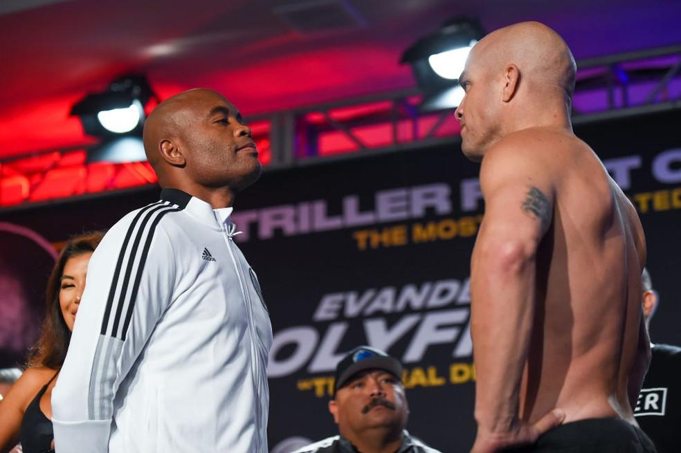 Anderson Silva e Tito Ortiz se encaram na pesagem antes da luta — Foto: Eric Espada/Getty Images
