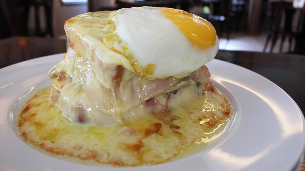 Francesinha, delicioso sanduíche típico do Porto, em Portugal — Foto: Mariane Rossi/G1