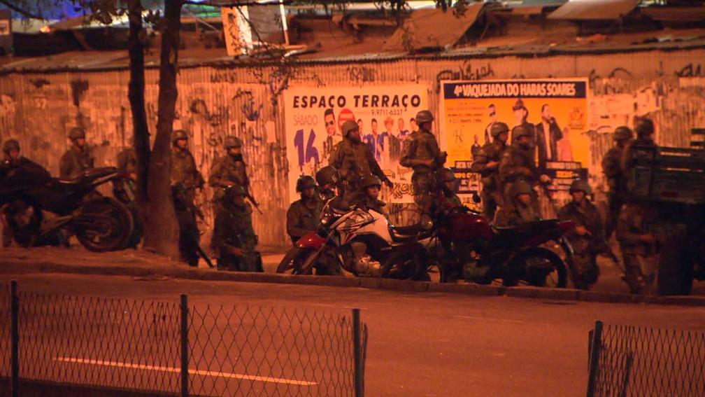 Intenso tiroteio foi registrado por volta das 4h na Rocinha. Exército prendeu cinco criminosos em fuga e apreendeu farta quantidade de armas e munição (Foto: Reprodução/TV Globo)