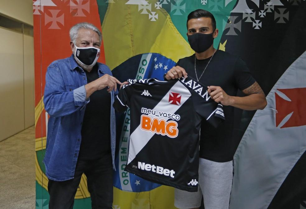 Atacante Guilherme Parede recebe a camisa do Vasco de José Luís Moreira, vice de futebol — Foto: Rafael Ribeiro/Vasco da Gama