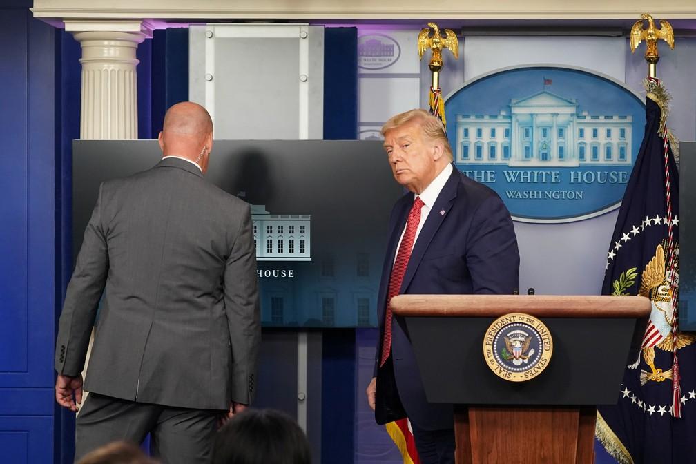 Donald Trump, presidente dos EUA, deixa coletiva após alerta sobre tiro do lado de fora da Casa Branca nesta segunda-feira (10) — Foto: Kevin Lamarque/Reuters
