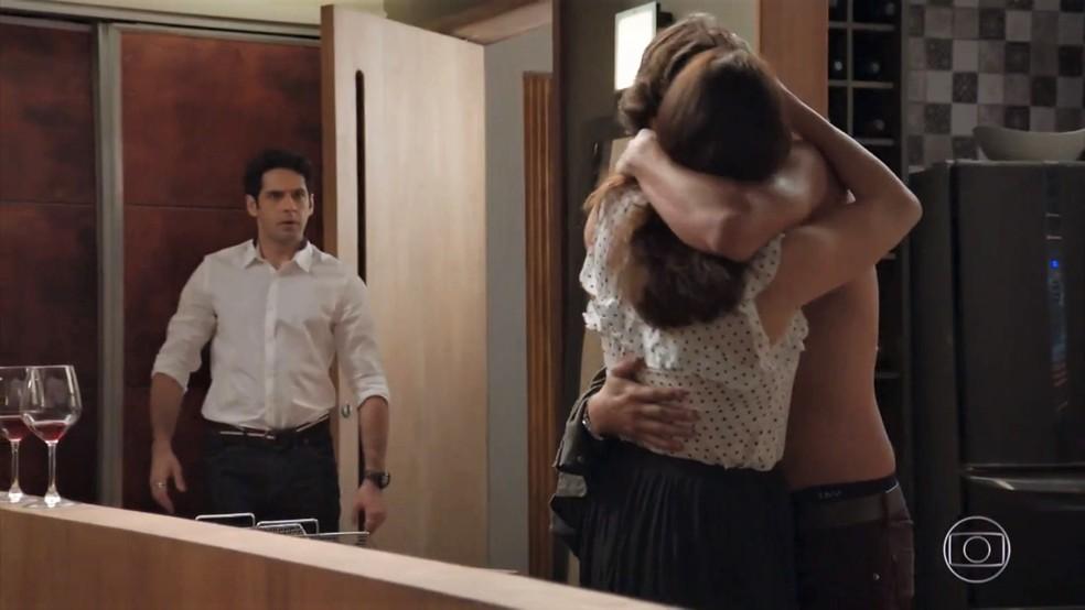 Beto (João Baldasserini) dá um flagra em Penélope (Carolina Ferraz) e Henrique (Nando Rodrigues) - 'Haja Coração' — Foto: Globo