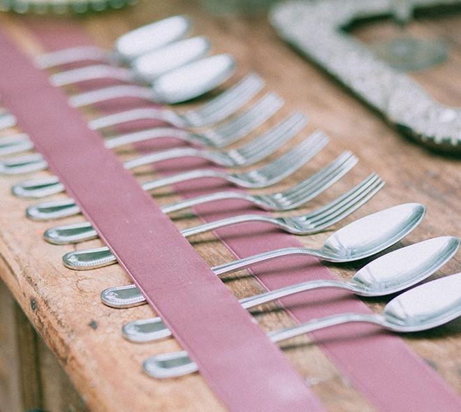 Com fitas presas à mesa, os talheres ficam organizados de uma maneira delicada