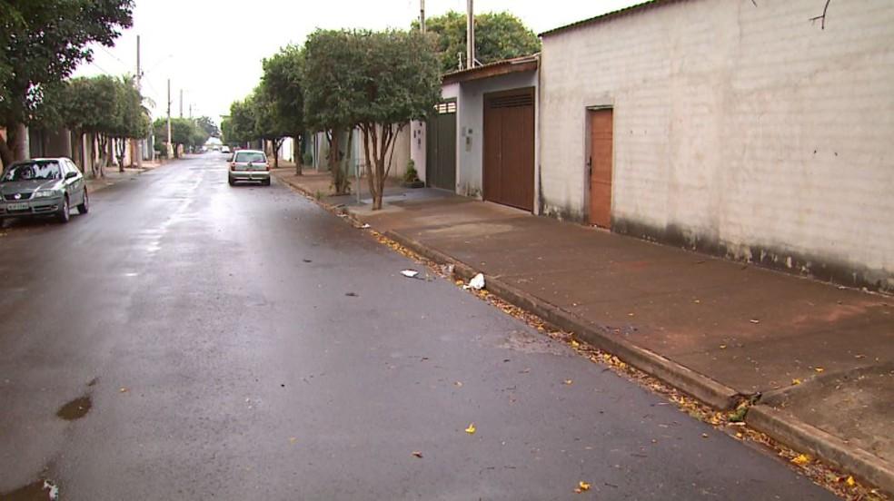 O idoso seguia pela calçada da Rua Enoch de Paula, quando foi atingido por carro em Ribeirão Preto, SP (Foto: Reprodução/EPTV)
