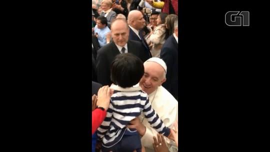 Em três anos, menino brasileiro consegue 2ª bênção do Papa Francisco entre multidão