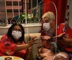 Regina Casé e Thiago Martins nos estúdios de 'Amor de mãe': máscaras e placa de acrílico | Reprodução