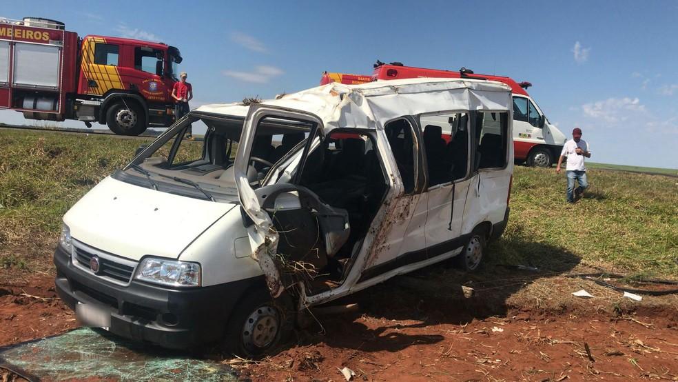 Dezesseis pessoas ficam feridas em acidente com van de time de futebol, em Presidente Castelo Branco (Foto: Divulgação/PRE)