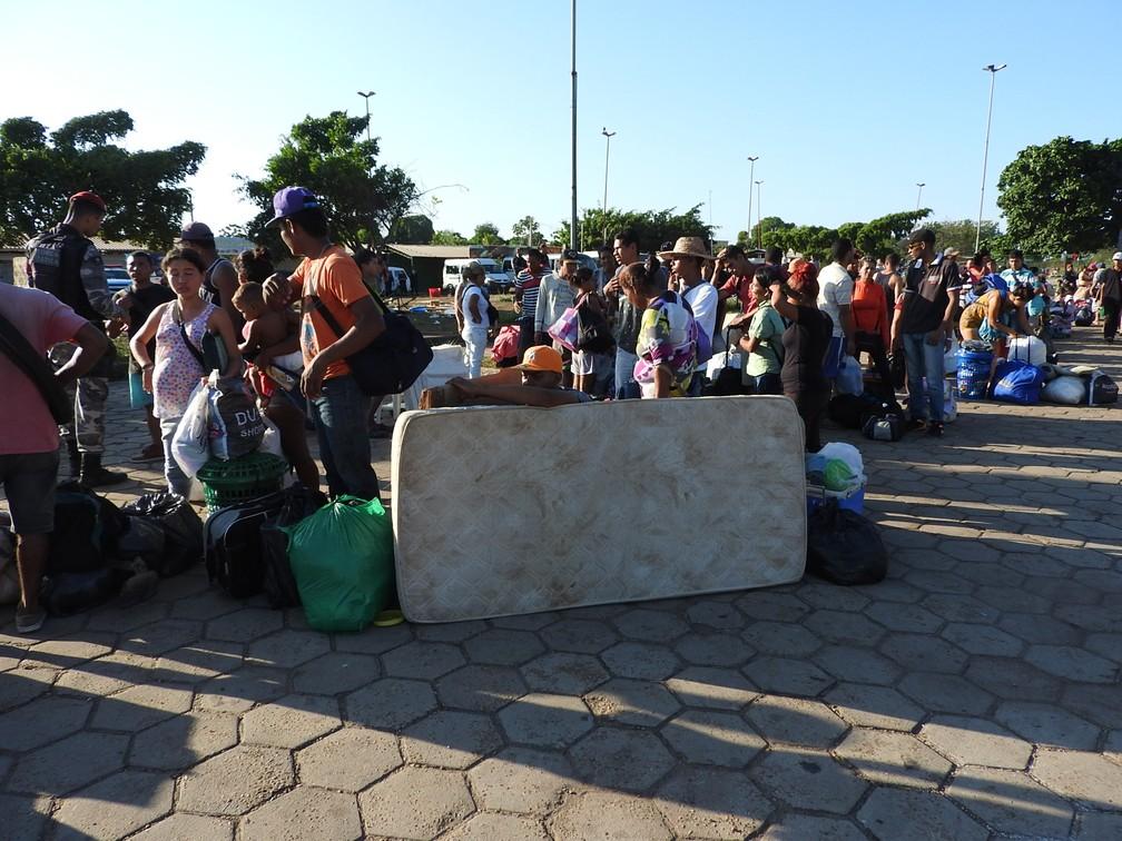-  No dia 28 de outubro, PMs e Defesa Civil tiraram venezuelanos de acampamento montado na rua e abriram novo abrigo no estado  Foto: Alan Chaves/G1 RR/