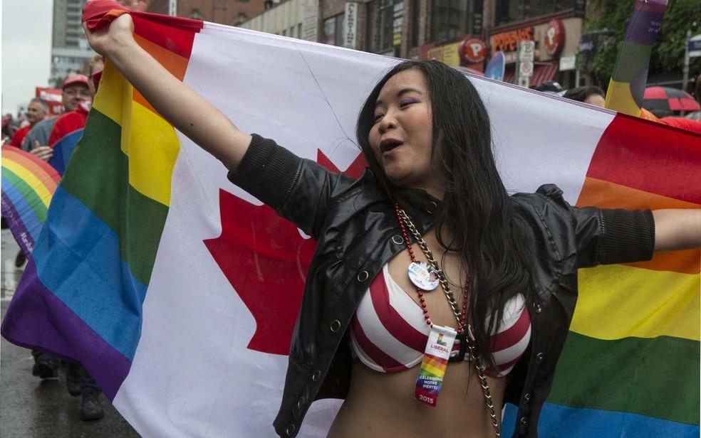 Imagens da parada do orgulho de Toronto, no Canadá, em 2015 — Foto: Chris Young/The Canadian Press via AP