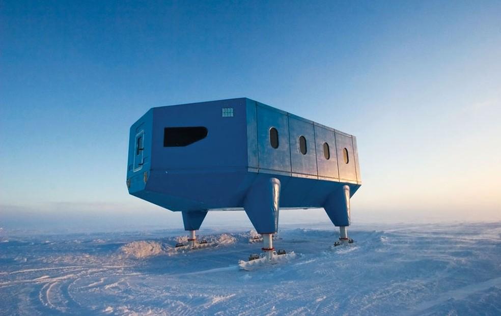 Base Halley VI, mantida pelo Reino Unido há 54 anos. O buraco na Camada de Ozônio foi identificado por cientistas nestas instalações — Foto: British Antarctic Survey