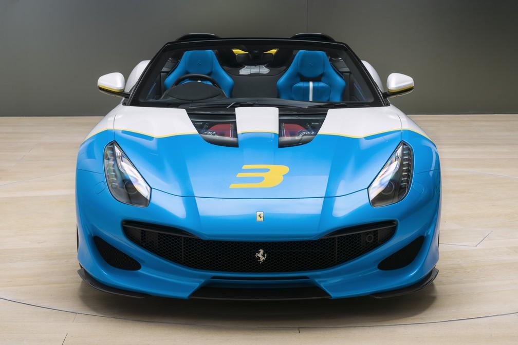 Um dos principais detalhes da SP3JC é a transparência no capô que deixa o motorzão V12 à mostra — Foto: Divulgação/Ferrari