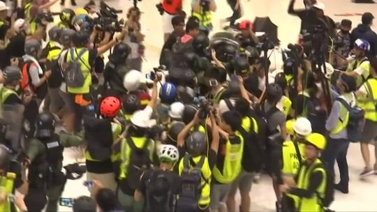 Novos protestos em Hong Kong acabam em confronto com a polícia