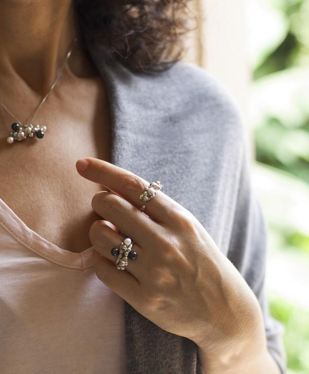 As jabuticabas marcam presença na nova linha de jóias Panc, de Kátia Stringueto (Foto: Divulgação)