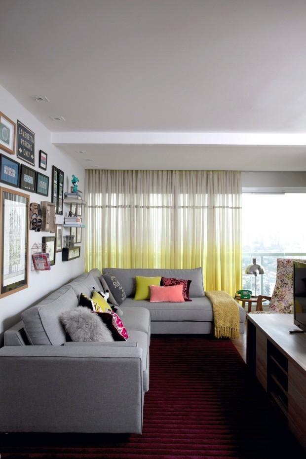 A designer de interiores Helena Kallas, do escritório Mandril Arquitetura, escolheu um crepe de seda com degradê de branco até amarelo, da Riviera Tecidos, para a cortina da sua sala de estar (Foto: Marco Antonio / Editora Globo)