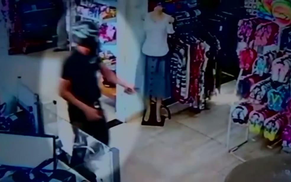 Assaltante entra armado em loja em Itabaeraí Goiás (Foto: Reprodução/TV Anhanguera)