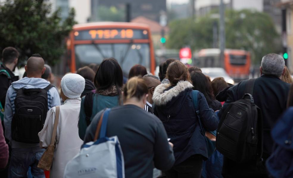 Pessoas aguardam por ônibus na Avenida Paulista, em São Paulo, na manhã desta segunda-feira (28). Devido à greve dos caminhoneiros, a frota no transporte público segue com capacidade reduzida (Foto: Bruno Rocha/Fotoarena/Estadão Conteúdo)