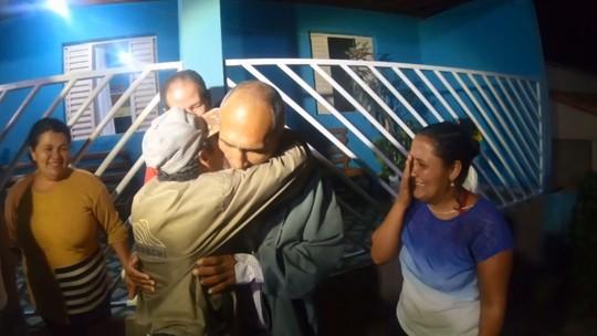 Homem desaparecido volta pra casa e reencontra irmãos após 24 anos