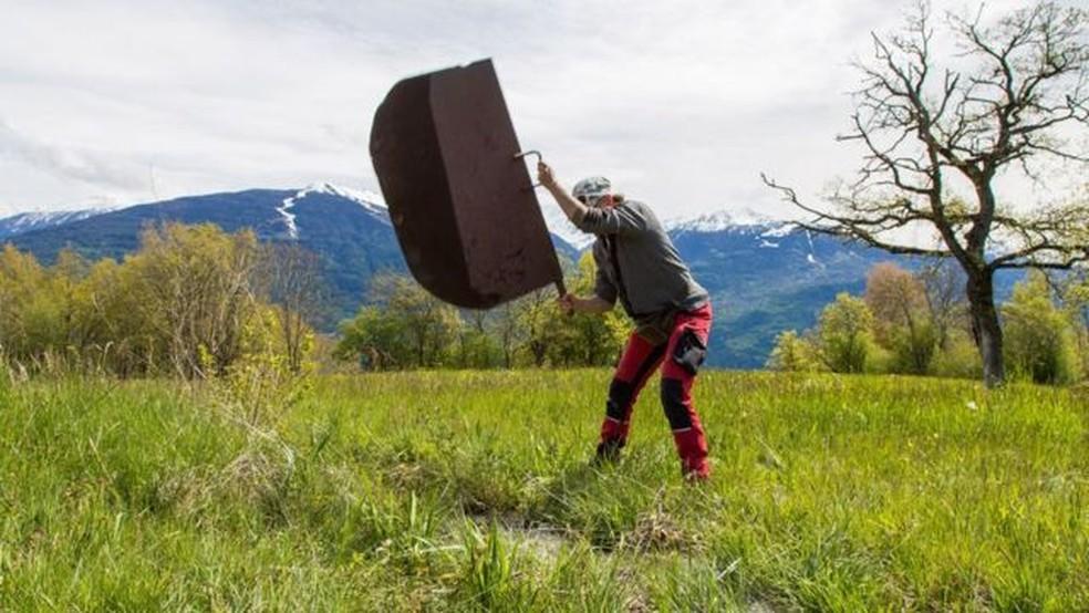 A placa de ferro de 5 kg que Lydwine Bruchez usa para desviar o fluxo de água é uma herança de família — Foto: Sarah Freeman/BBC