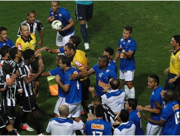 Jogadores de Cruzeiro e Atlético-MG discutem no gramado (Foto: Lucas Catta Prêta / Globoesporte.com)