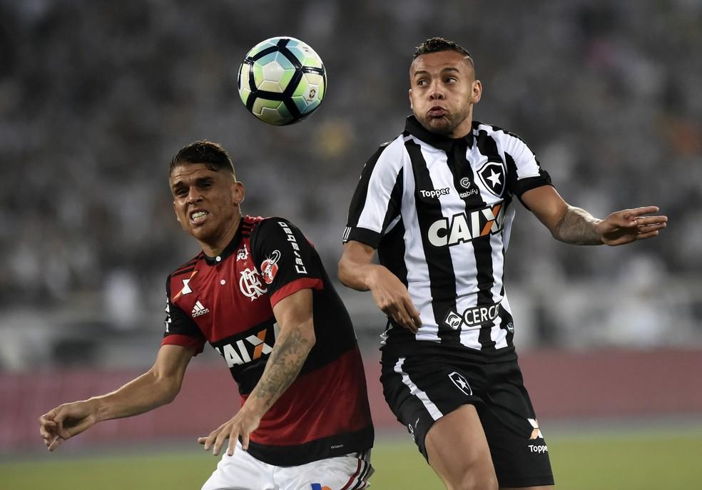 Cuéllar disputa a bola com Guilherme: colombiano fez grande partida na volta ao time titular do Flamengo no Nilton Santos (Foto: André Durão )