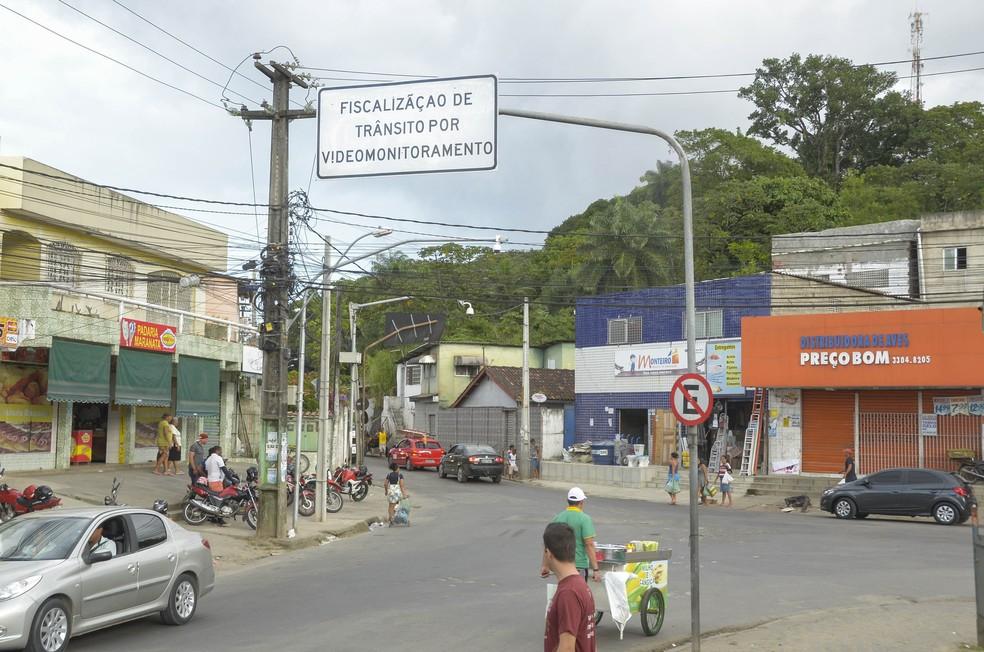 Placas apontam locais onde câmeras de videomonitoramento de trânsito emitem multas no Recife — Foto: Inaldo Lins/CTTU/Divulgação