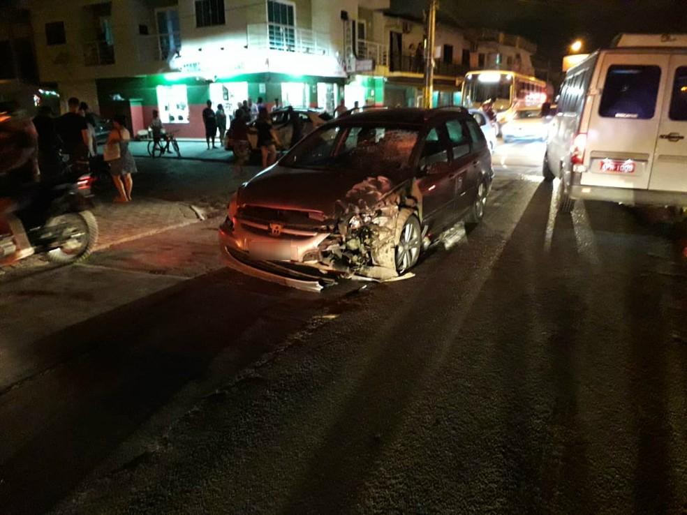 Carro após colisão frontal com moto em Navegantes na noite de sábado (17). Motociclista morreu — Foto: Polícia Militar/Divulgação