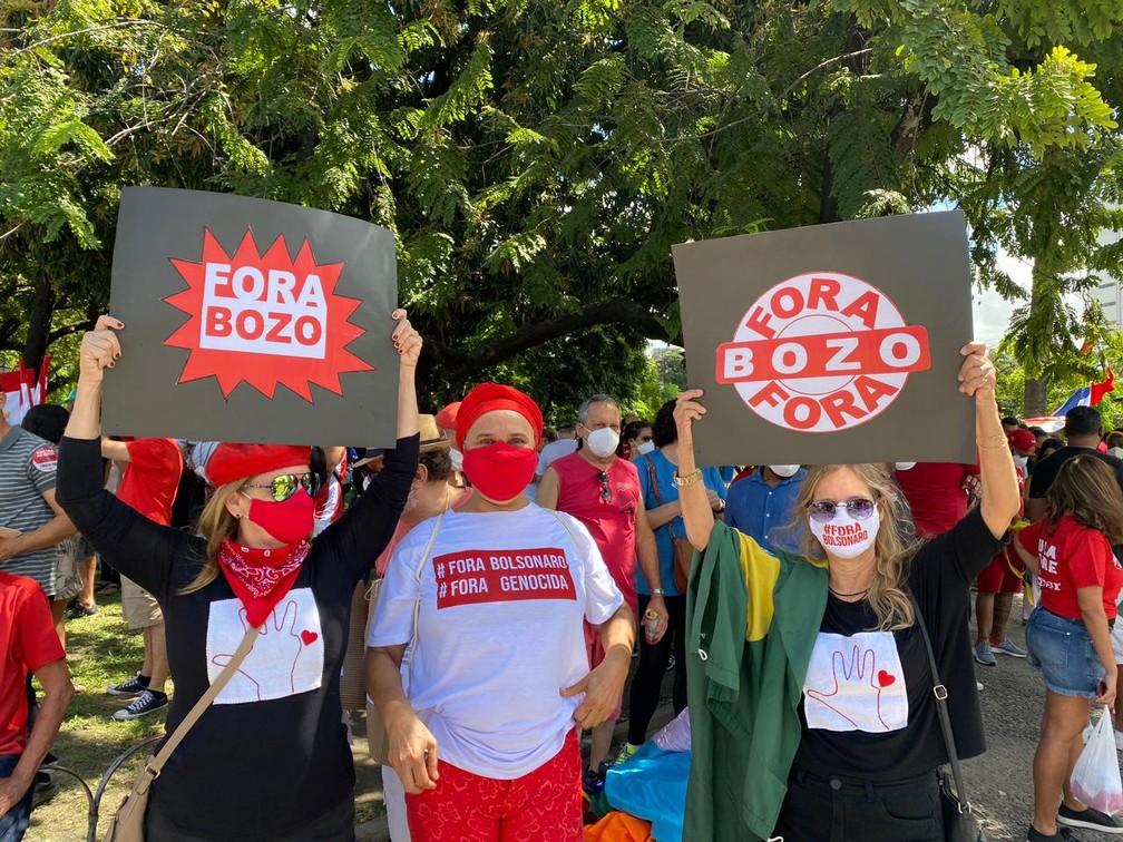 Mulheres seguram faixas pedindo a saída do presidente Bolsonaro, em ato no Recife, neste sábado (24) — Foto: Priscilla Aguiar/G1
