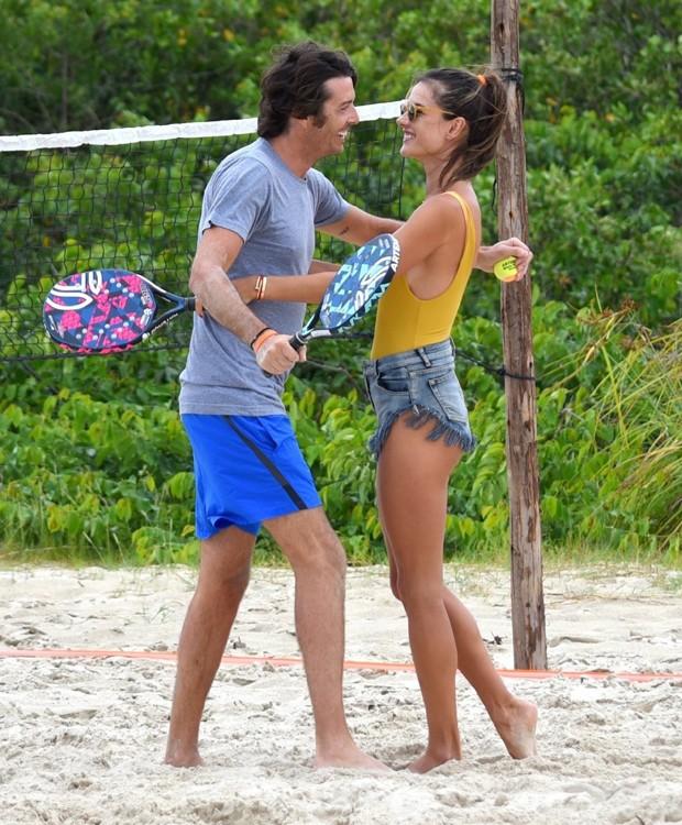 Alessandra Ambrosio e namorado (Foto: AgNews)