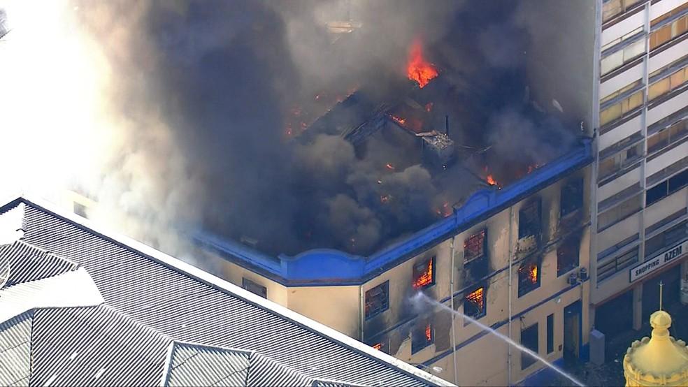 Bombeiros combatem incêndio em prédio no Centro de São Paulo — Foto: TV Globo/Reprodução