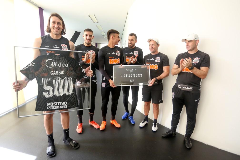 Cássio recebe camisa e placa pelos 500 jogos pelo Corinthians — Foto: Rodrigo Coca / Ag.Corinthians