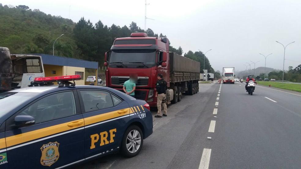 Caminhoneiro fugiu, mas foi preso pela PRF em Campina Grande do Sul (Foto: Divulgação/Polícia Rodoviária Federal)